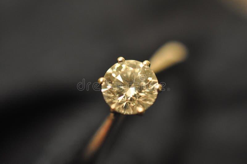 Po prostu Eleganckiego Round Diamentowy pierścionek fotografia royalty free