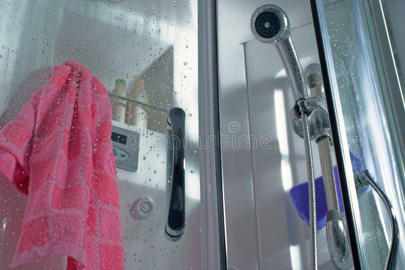 Po prysznic - zakończenie w górę prysznic kabiny z wod kroplami w łazienki wnętrzu i różowego ręcznika zdjęcie stock