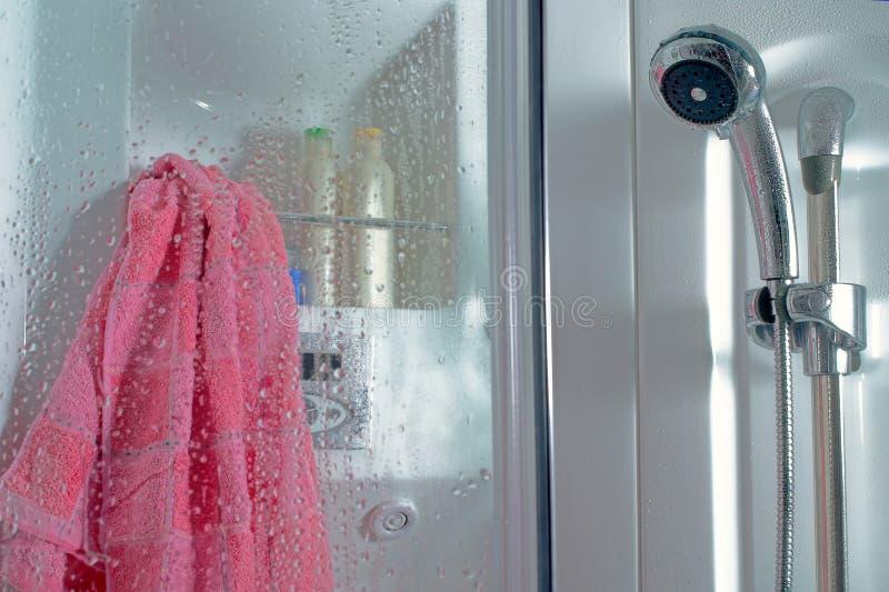 Po prysznic - zakończenie w górę prysznic kabiny z wod kroplami w łazienki wnętrzu i różowego ręcznika fotografia royalty free
