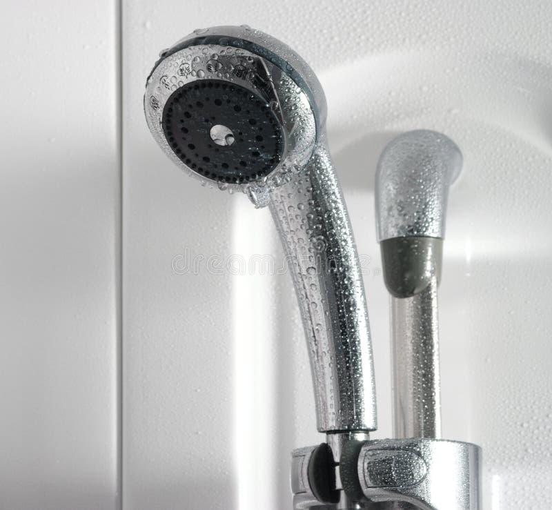 Po tym jak prysznic - zakończenie w górę prysznic z wodą opuszcza w łazienki wnętrzu fotografia stock