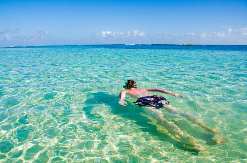 Po?udnie Wodny Caye zna? dla nurkowa?, snorkeling i relaksowa?, by? na wakacjach - Ma?a tropikalna wyspa przy bariery raf? z raj  fotografia stock
