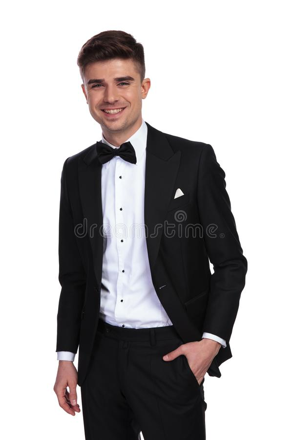 Poatrait του χαρούμενου χαλαρωμένου νεόνυμφου που φορά ένα μαύρο σμόκιν στοκ εικόνα με δικαίωμα ελεύθερης χρήσης