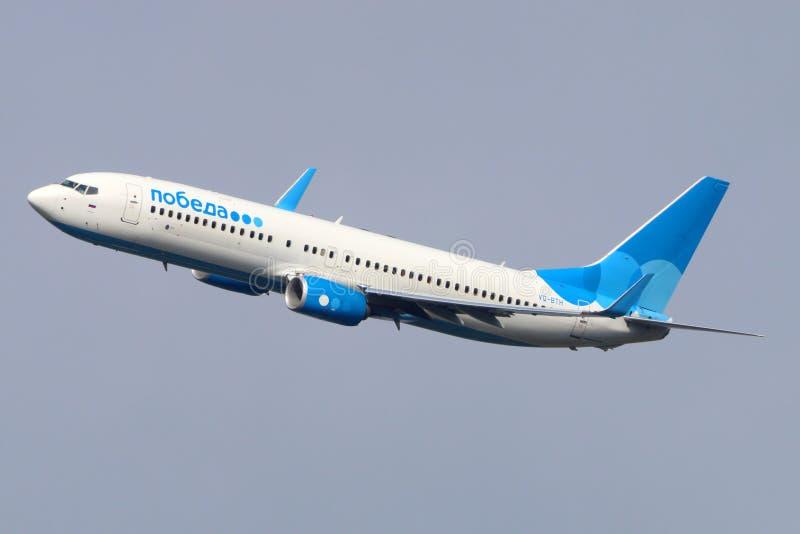 Pobeda Boeing 737-800 maakt definitieve draai aan land bij de internationale luchthaven van Vnukovo stock fotografie