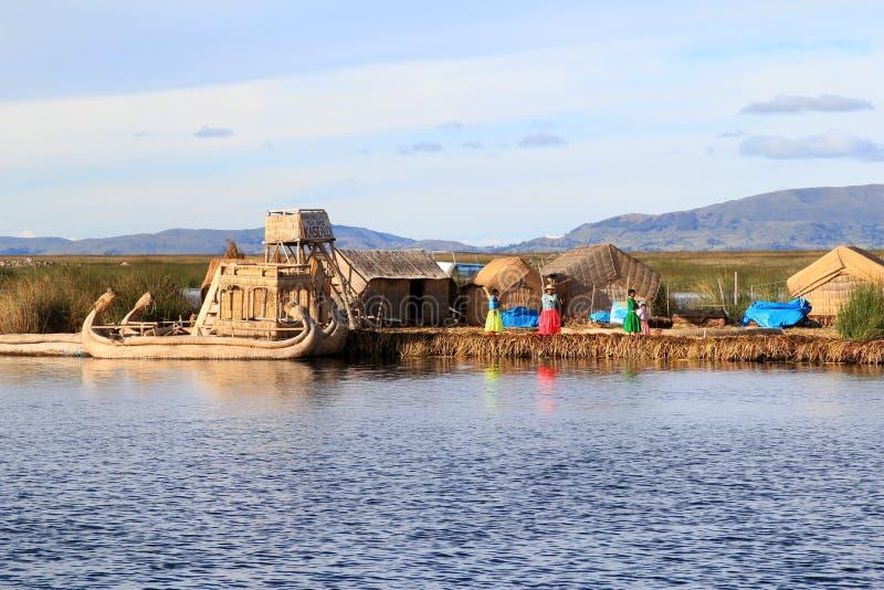 Población de Titicaca de las islas flotantes   imagen de archivo libre de regalías