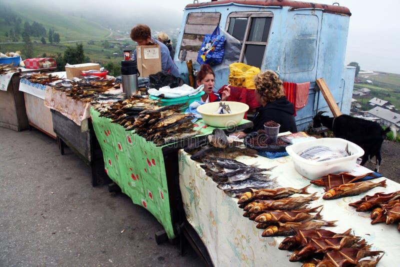 Pobocze kramy z uwędzoną ryba wliczając amous Baikal omula zdjęcie royalty free