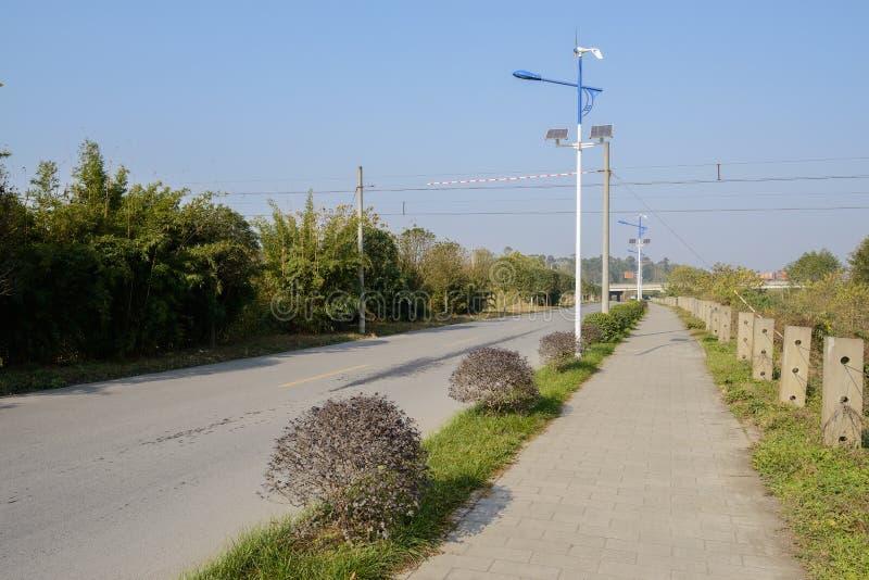 Poboczy streetlamps z jadącymi ogniwami słonecznymi i generatorem obraz royalty free