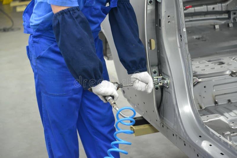 Poborca śrubuje szczegół na samochodowym ciele pneumatyczna śruba obraz royalty free