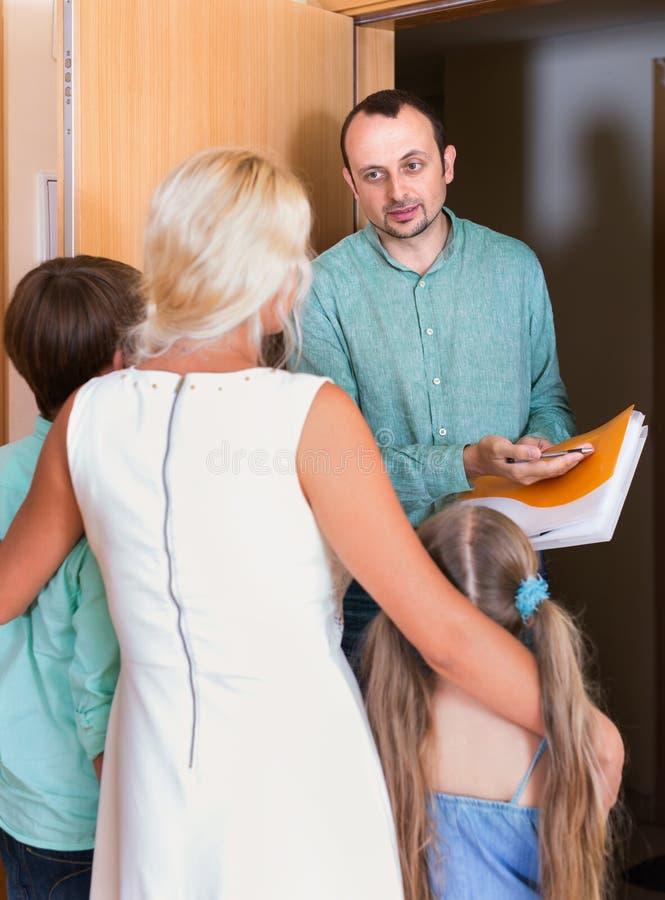 Poborca próbuje zbierać dług od rodziny zdjęcie stock