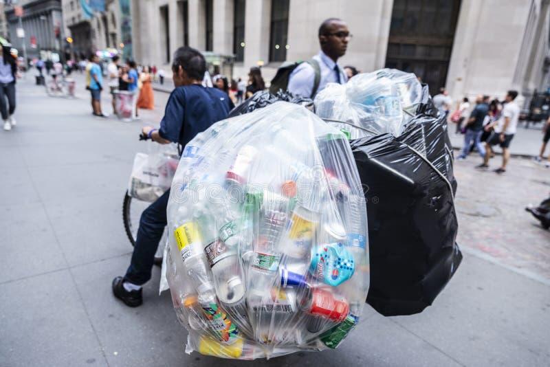 Pobre hombre en Wall Street, New York City, los E.E.U.U. fotos de archivo