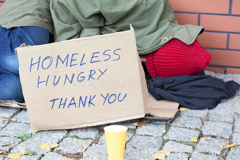 Pobre hombre hambriento sin hogar fotos de archivo