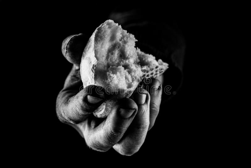 Pobre hombre que comparte el pan, concepto de la mano amiga Cierre de B&W para arriba imagen de archivo