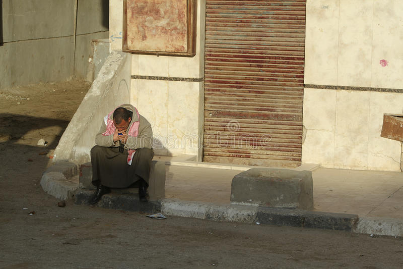 Pobre homem com o telefone de pilha no Cairo, Egipto foto de stock royalty free