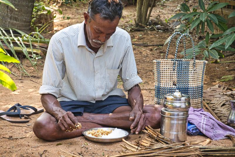 Pobre pueblo dalit indio almorzando en el suelo imagen de archivo libre de regalías