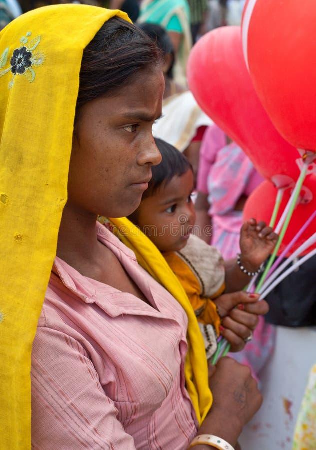 Pobres, madre india joven y niño fotos de archivo libres de regalías