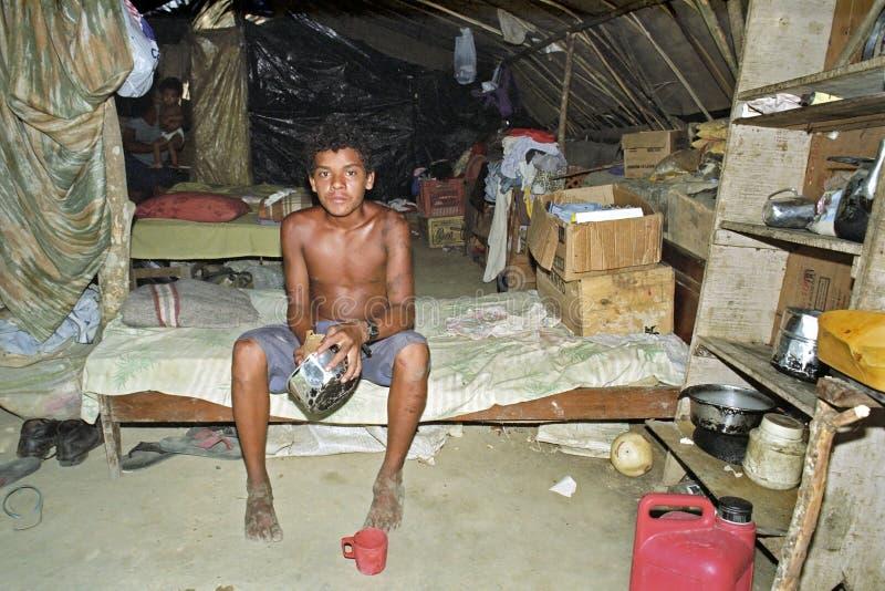 Pobreza brasileña de un hombre joven sin tierras imagen de archivo libre de regalías