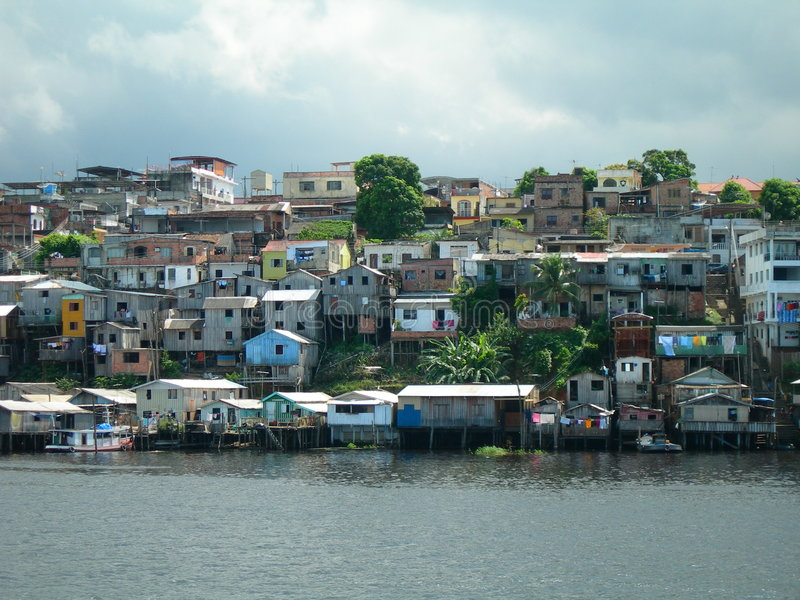 Pobreza en el río del Amazonas en Manaus foto de archivo