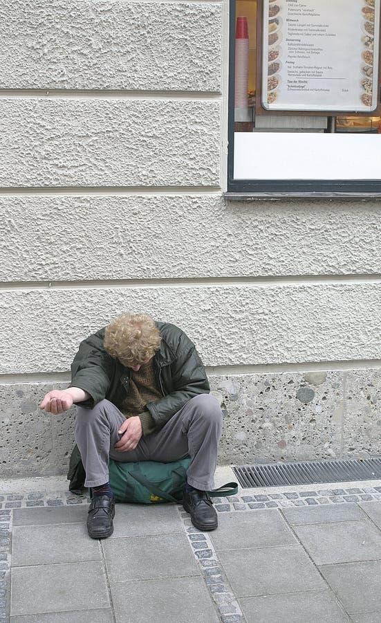 Pobreza en una ciudad rica foto de archivo