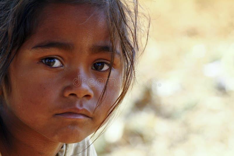 A pobreza, retrato de uma menina africana pequena pobre perdeu no tho profundo foto de stock royalty free