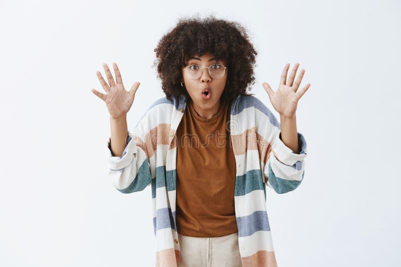 Pobyt był tobą jest Z podnieceniem towarzyska, kreatywnie kobieta z afro mówić straszny i zdjęcia stock