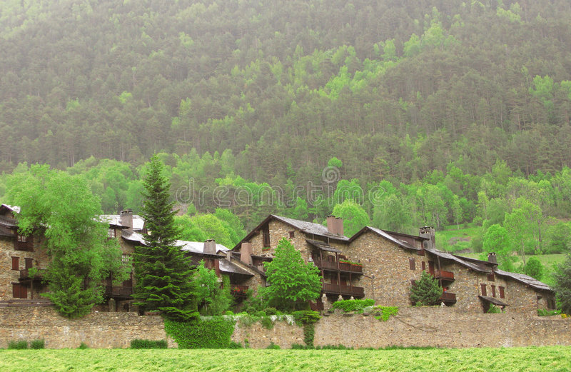 Poca aldea en el bosque imagenes de archivo
