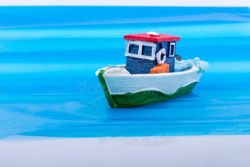 Poca barca di modello variopinta in acqua fotografia stock