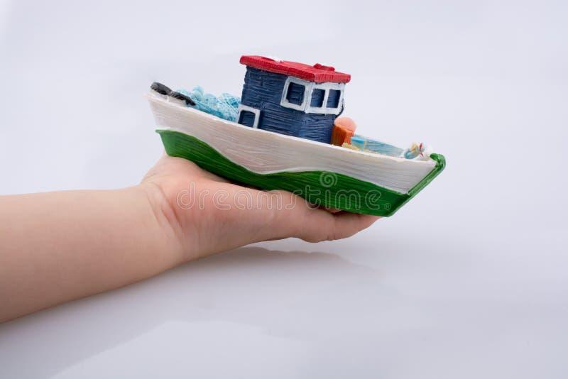 Poca barca di modello variopinta a disposizione fotografie stock