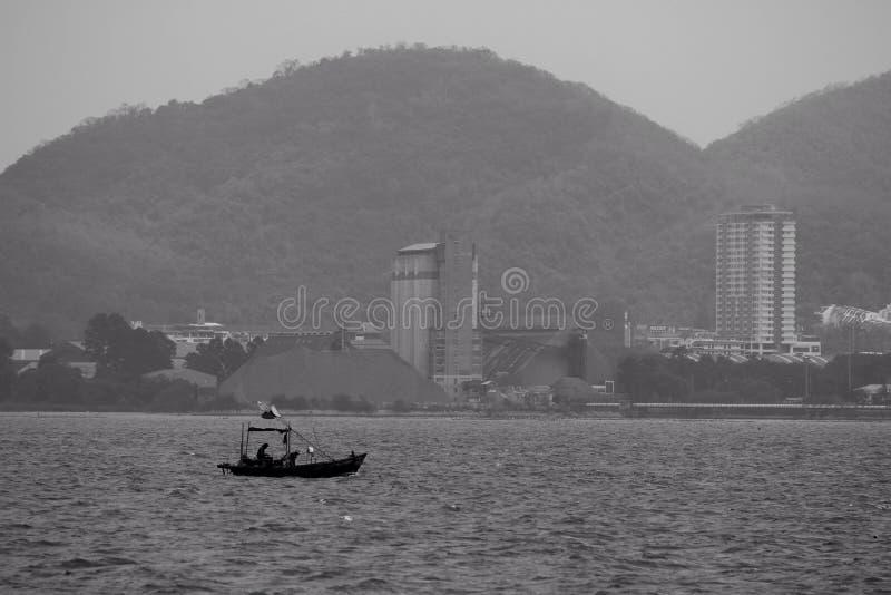 Poca barca nel mare fotografia stock