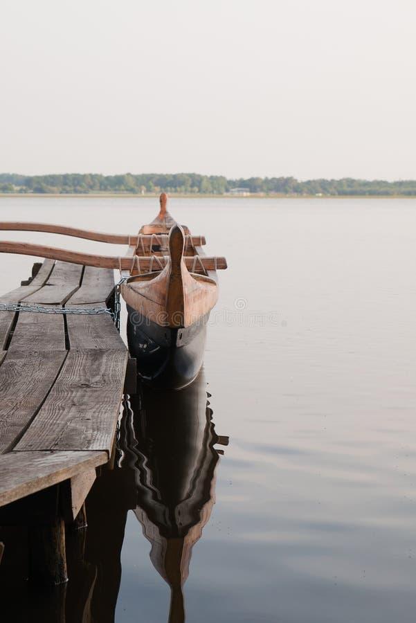 Poca barca in un pilastro di legno, lago Soustons fotografie stock