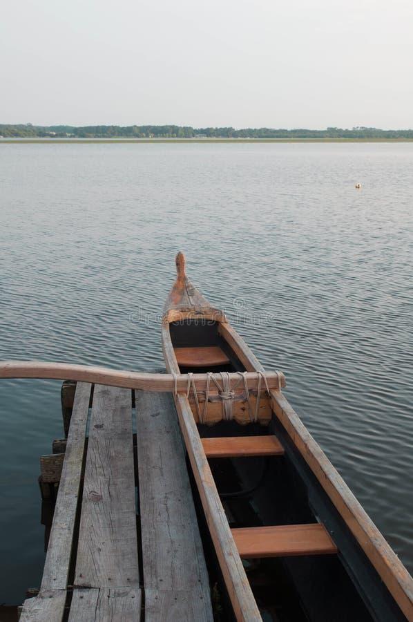 Poca barca in un pilastro di legno, lago Soustons immagine stock