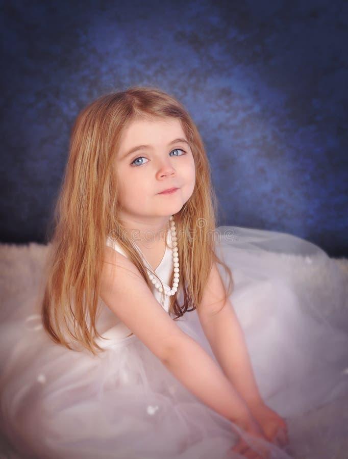 Poca bella ragazza di fascino in vestito bianco fotografia stock libera da diritti