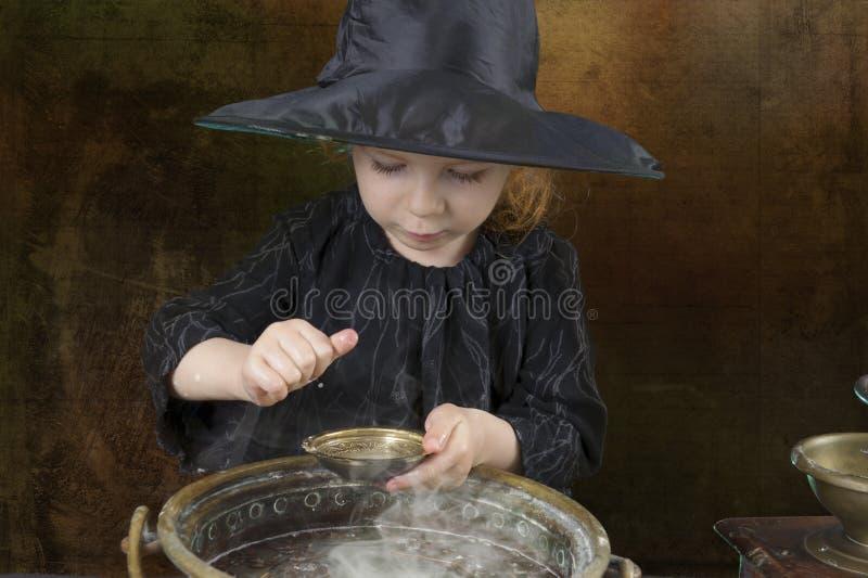 Poca bruja de Halloween con la caldera fotos de archivo
