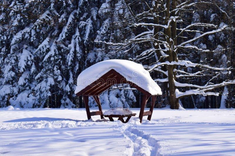 Poca cabaña cubierta en nieve imagen de archivo libre de regalías