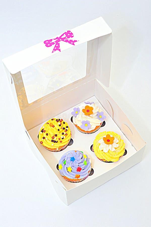 Poca caja de magdalenas coloridas fotografía de archivo