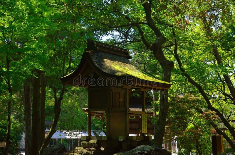 Poca capilla en bosque, Kyoto Japón imagen de archivo