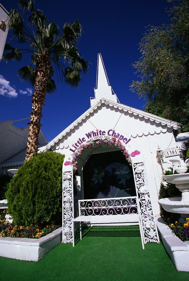 Poca cappella bianca di cerimonia nuziale immagine stock libera da diritti