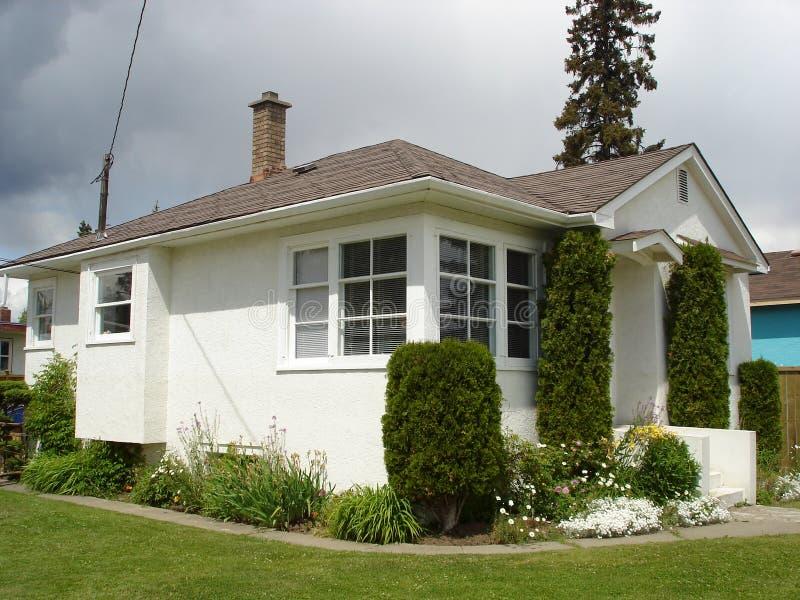 Poca casa blanca del estuco fotografía de archivo