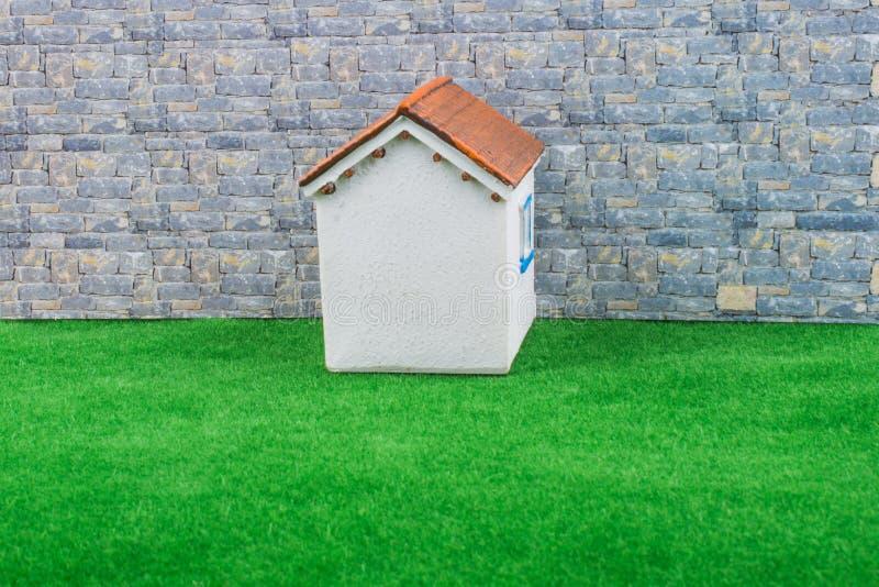 Poca casa di modello su erba fotografia stock libera da diritti