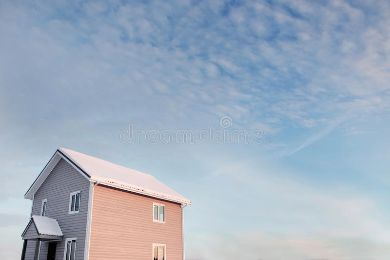 Poca casa gris foto de archivo