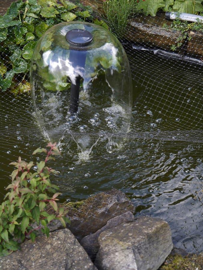 Poca charca en un jardín de Lancashire fotografía de archivo