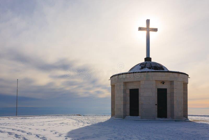 Poca chiesa con l'incrocio di Cristian immagini stock libere da diritti