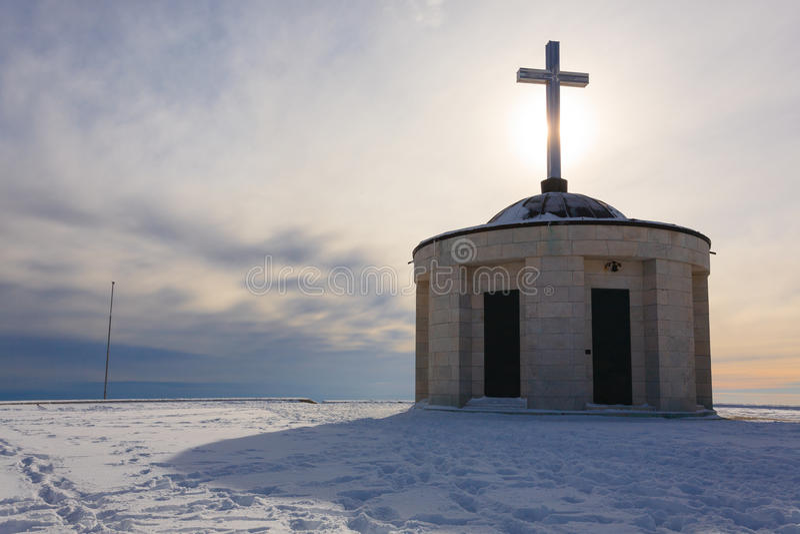 Poca chiesa con l'incrocio di Cristian fotografie stock libere da diritti