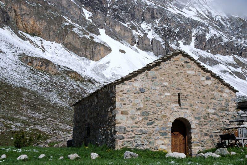 Poca chiesa in montagna fotografie stock
