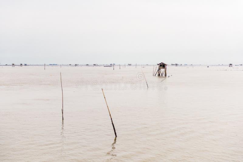 Poca choza en el mar en la explosión Taboon, Phetchaburi, Tailandia imagenes de archivo