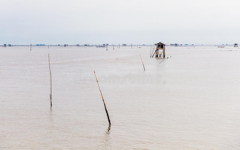 Poca choza en el mar en la explosión Taboon, Phetchaburi, Tailandia imagen de archivo libre de regalías