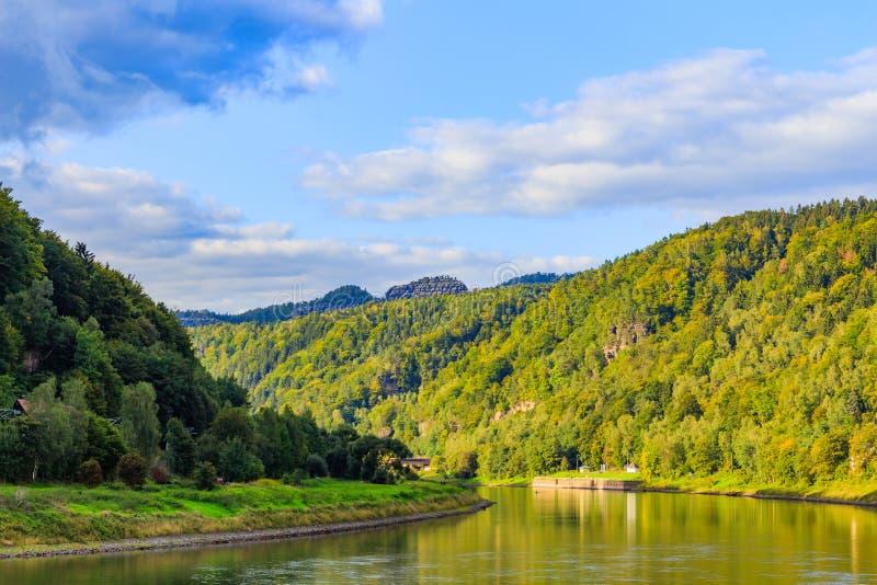 Poca città Rathen con porto al fiume Elba vicino al Bastei, Germania fotografia stock libera da diritti