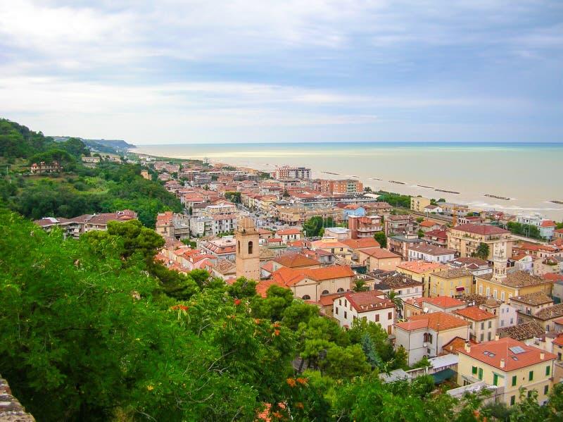 Poca ciudad en el mar imagen de archivo