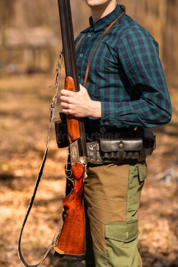 ?poca de ca?a do outono Ca?ador do homem com uma arma Ca?a nas madeiras fotos de stock royalty free