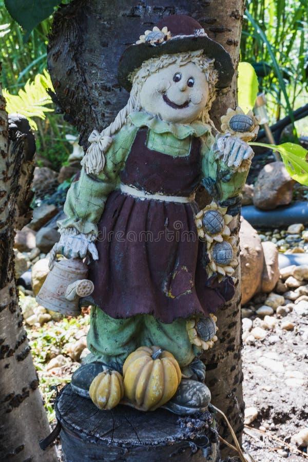 Poca decorazione dello spaventapasseri del giardino che sta su un albero fotografie stock libere da diritti