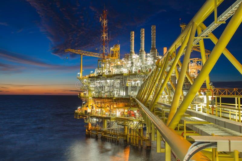 A poca distancia de la costa, el petróleo y gas que procesaba la plataforma produjo el gas y el condensado crudo del aceite imagenes de archivo