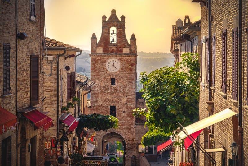 Poca escena del pueblo en la provincia Marche de Italia Gradara Pesaro fotografía de archivo